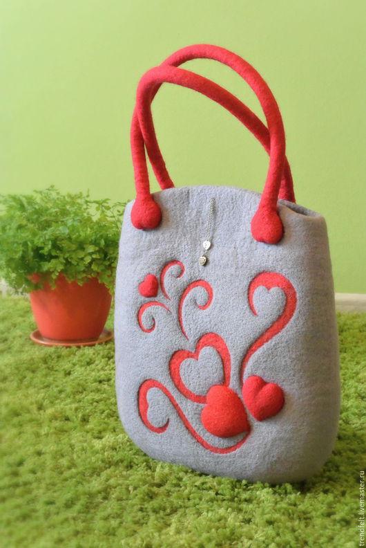 """Женские сумки ручной работы. Ярмарка Мастеров - ручная работа. Купить Сумка валяная """"Бэль"""", валяная сумка с сердцем, сумка валяная серая. Handmade."""