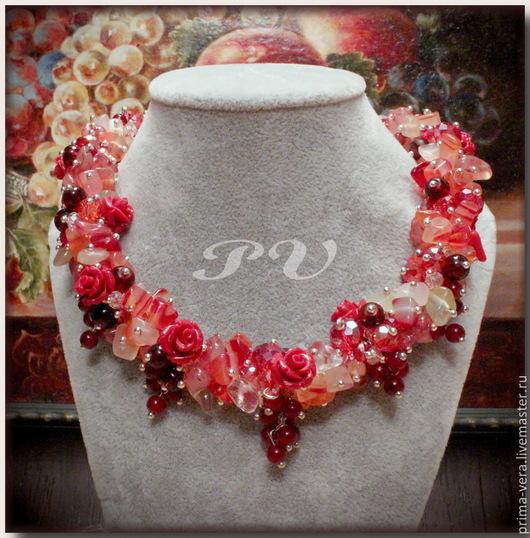 Центральная часть колье набрана из чипов агата, дополнена резными розочками из прессованного коралла и украшена небольшими гроздьями мелких бусин, собранными в виде кисточек красной смородины