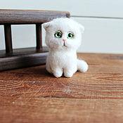 Куклы и игрушки handmade. Livemaster - original item White cat a Tiny toy made of wool. Handmade.