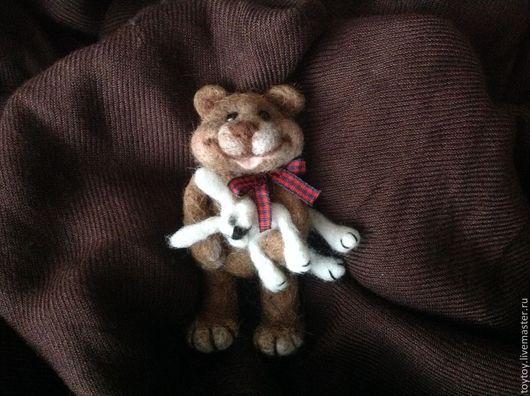 Миниатюра ручной работы. Ярмарка Мастеров - ручная работа. Купить Веселый медвежонок - валяная брошка игрушка. Handmade. Игрушка, подарок