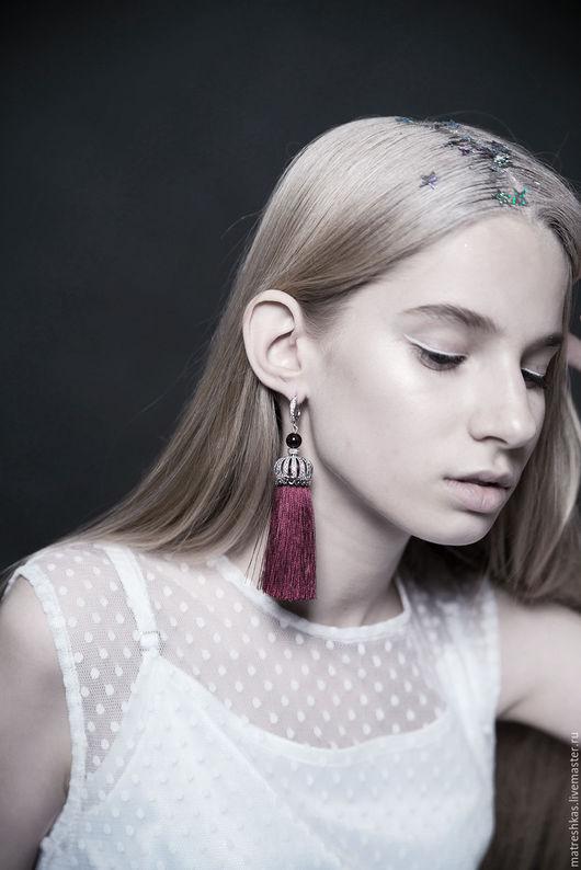 Серьги `Ruby crown`: в основе - родированная швенза с фианитами, гранат, дизайнерская посеребреная фурнитура с цирконами, шелковые кисти. 4500 рублей