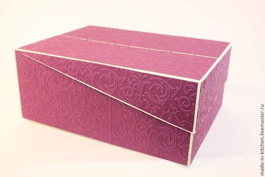 классический вариант коробки. Крепкая , с вставками из переплетного картона, выполнена из качественной дизайнерской бумаги, отделана  бумагой с тиснением. Сверху может быть поздравительная надпись. Вариант такой крышки плотно закрывает коробку и даёт ей еще большую плотность и устойчивость. Цвет и размер по Вашему желанию и заказу. Так же отделка. Цена этого варианта 600р, размер 20/25, высота 10