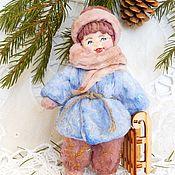 Куклы и игрушки ручной работы. Ярмарка Мастеров - ручная работа ВАНЮШКА с саночками елочная игрушка из ваты. Handmade.