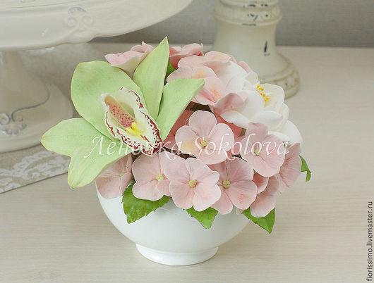 Нежный румянец - букет цветов с орхидеей и гортензией.
