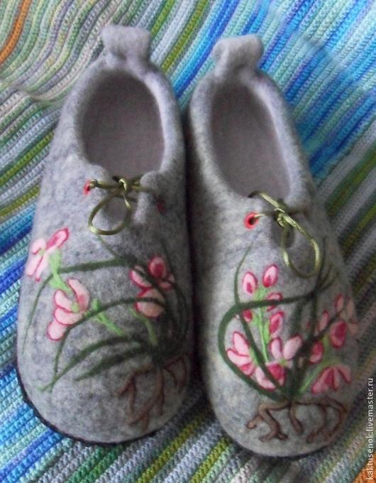 """Обувь ручной работы. Ярмарка Мастеров - ручная работа. Купить Тапочки """"Орхидейки"""". Handmade. Серый, тапочки из войлока, шерсть 100%"""