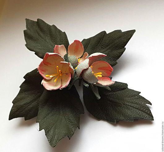 """Броши ручной работы. Ярмарка Мастеров - ручная работа. Купить брошь из кожи """"Яблоневый цвет"""". Handmade. Кремовый, цветы"""