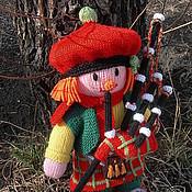 Куклы и игрушки ручной работы. Ярмарка Мастеров - ручная работа Вязаная кукла из шерсти Шотландец с волынкой. Handmade.