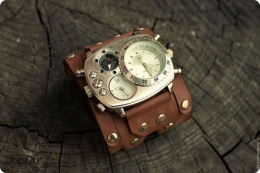 Наручные часы Brutal - это дизайнерский аксессуар от studio MART, в котором используется широкий кожаный браслет ручной работы и два кварцевых механизма, все вместе образуя необычное сочетание