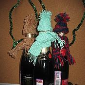 Подарки к праздникам ручной работы. Ярмарка Мастеров - ручная работа Шапочка и шарфик для бутылки. Handmade.