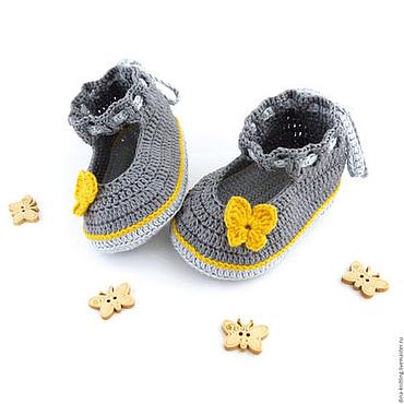 Работы для детей, ручной работы. Ярмарка Мастеров - ручная работа Детские вязаные пинетки для девочки, туфельки серые с желтым. Handmade.