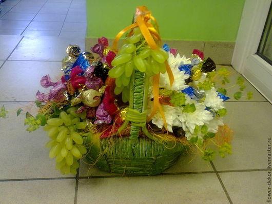 Букеты ручной работы. Ярмарка Мастеров - ручная работа. Купить Корзина с цветами , конфетами и фруктами.. Handmade. Корзина, конфеты, цветы