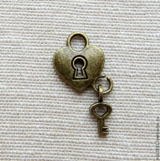 Подвеска в форме сердца: замок и ключ