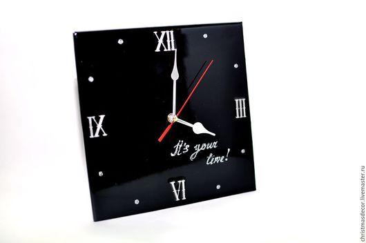 Квадратные настенные часы лаконично смотрятся на офисном столе или на стене, в гостиной вашего дома или на кухне! Настенные часы можно разместить в кабинете и в комнате. часы в комнату, настенные часы