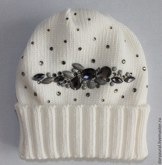 Оригинальная и очень изящная тёплая шапочка белого цвета. Модель, цвет и декор шапочки подходят к любому цвету одежды.
