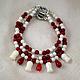 Нежный красно-белый браслет в три ряда из натуральный кораллов с подвесками в виде тюльпанчиков. Браслет из натуральных камней. Коралловый браслет - изящное и нежное украшение.