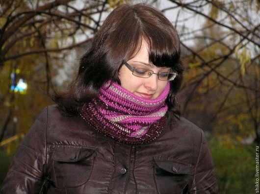 Вязаный женский шарф-снуд-воротник-хомут `На прогулку`. Связан крючком из полушерстяной пряжи.