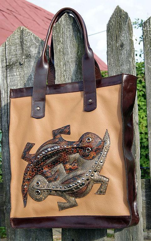 Передняя и задняя стенка сумки из бежево-рыжеватой   матовой кожи. На ней хорошо видны объёмные глянцевые саломандры.