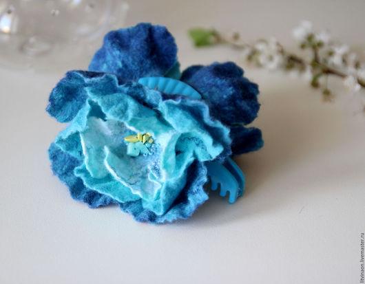 Шерстяная сине-голубая заколка-цветок краб ручной работы. Ярмарка мастеров - ручная работа. Handmade. Белый, голубой, бирюзовый, небесный, синий войлочная заколка, купить.