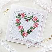 Открытка валентинка с вышивкой. Сердце, венок из цветов, любовь
