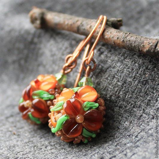 Серьги Лэмпворк Осень пришла Сережки выдержаны с коричнево рыжих тонах, но кое-где еще осталась зеленая листва. Сережки лаконичные, кроме самой бусины лэмпворк присутствует только нежно зеленая бусина