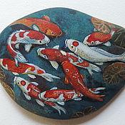 Рыбки ,карпы кои ,камень