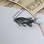 Брошь-булавка ручной работы. Ярмарка Мастеров - ручная работа Данио — рыбка, создающая настроение.. Handmade.