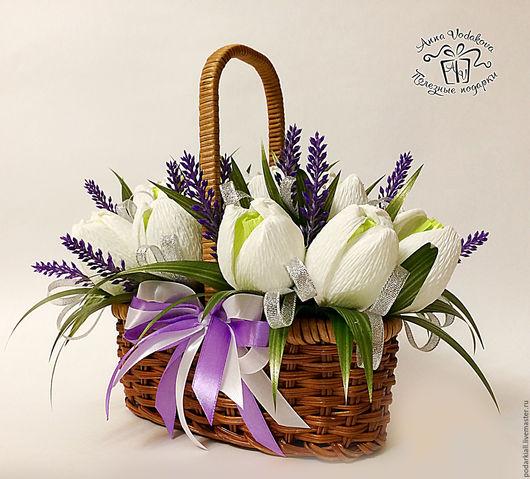 Букет из конфет `Первоцвет` в корзинке - эффектный подарок!