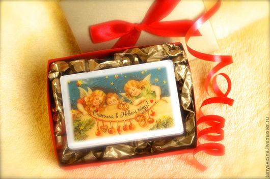 Мыло упаковано в стильную коробочку ручной работы из дизайнерского картона, украшенную атласной лентой