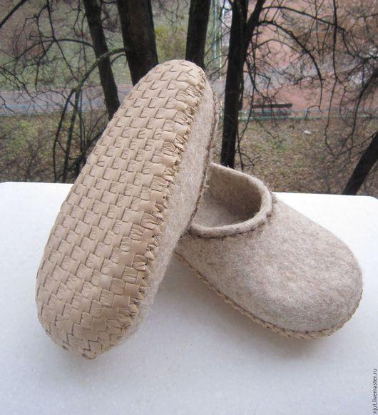 Тапочки сделаны вручную из региональной овечьей шерсти Романовской производства Шерстинка-Эко.  Подошва плетеная. Сплетена вручную из натуральной кожи. Подшита вощеной нитью.