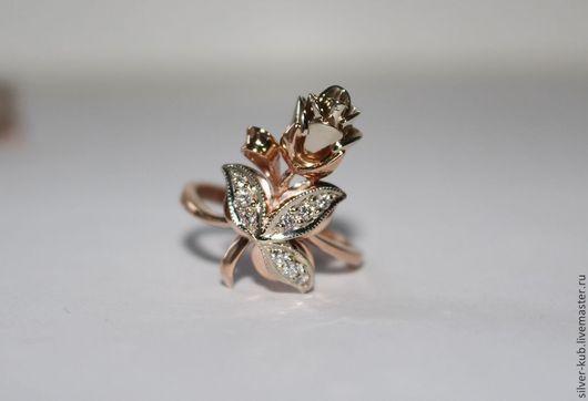 """Кольцо """"Золотая Роза""""\r\nМатериал: Золото 585 пробы комбинированного цвета.\r\nРазмер: 17.\r\nВес: 5.74 гр.\r\nКамни: 9 бриллиантов 0.16 ct."""