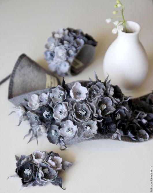 Серая шерстяная повязка с цветами ручной работы. Ярмарка мастеров - ручная работа. Handmade. Серый, монохромный, жемчужный войлочная повязка, купить.