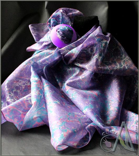 `Фиолетовая поэзия  в эбру на шелке` от мастера Эбру Анны Ивановой (Ann Iva). Рисунок выполнен на воде, а затем перенесен на натуральный шелк.
