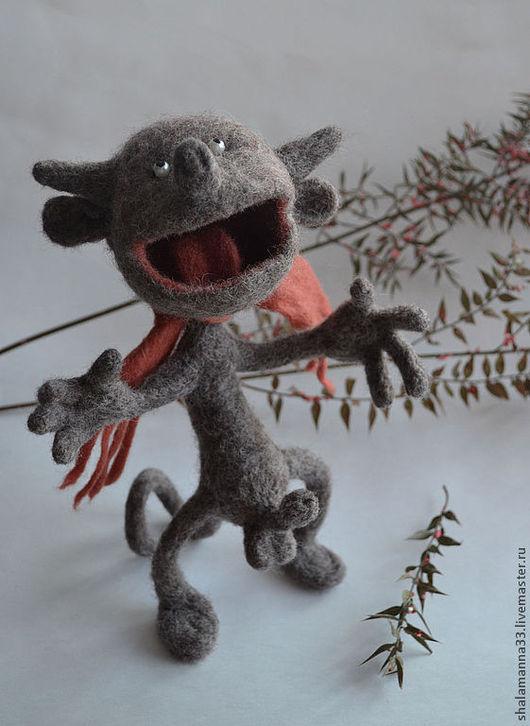 Интерьерная игрушка в виде влюбленного бесика, поющего серенаду. Выполнена из кардочеса на проволочном каркасе.