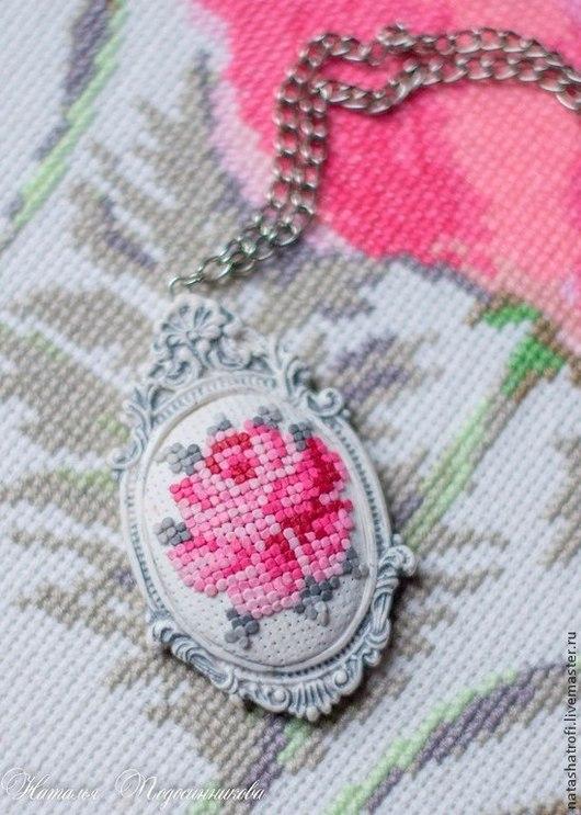 """Кулоны, подвески ручной работы. Ярмарка Мастеров - ручная работа. Купить Кулон """"Королева сада"""" из полимерной глины  (имитации вышивки крестом). Handmade."""