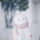Удивлённое выражение ангельского личика, едва проклюнувшиеся крылышки, розовый шарфик на на ангеле-девочке умиляют и заставляют улыбнуться. В комплекте с подсвечником-саночками превращается в необычну