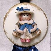 Для дома и интерьера ручной работы. Ярмарка Мастеров - ручная работа Фарфоровый медальон - подарок для новорожденной девочки.. Handmade.