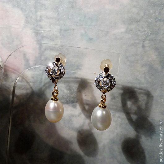 Роскошные небольшие серьги с натуральным белым жемчугом и фианитами в желтом золоте достойны принцессы.