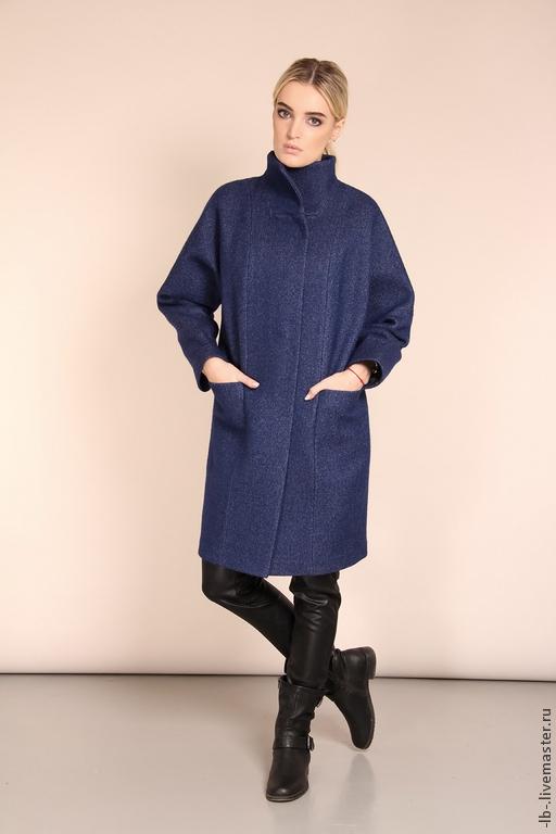 Стильное пальто красивого, черничного цвета исполнено из практичной, гладкой ткани. Материал по фактуре напоминает джинсовую ткань.  Пальто, благодаря своему свободному крою, отлично сидит практически на любой фигуре, а прямой силуэт придают образу особую строгость. Пальто  застёгивается на удобные, магнитные кнопки и имеет глубокие карманы. Возможен индивидуальный пошив.