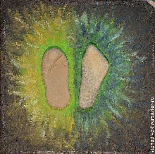 При приобретении картины `Женский след` книга поэм-сказок `Колечко` и `Брошь` Галины Горюновой  в подарок. Данная картина использована в этой книге в качестве фоторепродукции.