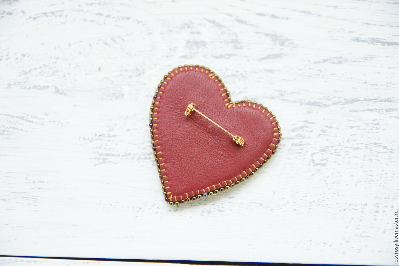 Фетровая брошь-сердечко с вышивкой