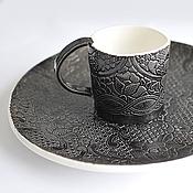 Посуда ручной работы. Ярмарка Мастеров - ручная работа черная чашка с текстурой кружева и черное блюдо. Handmade.