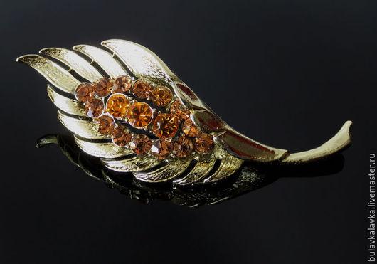 Винтажная брошь  выполнена из ювелирного металла с покрытием под светлое золото,  в виде изящного листа , украшенного кристаллами коньячного цвета. Винтажное украшение маркировано Сoro. Брошь в отли