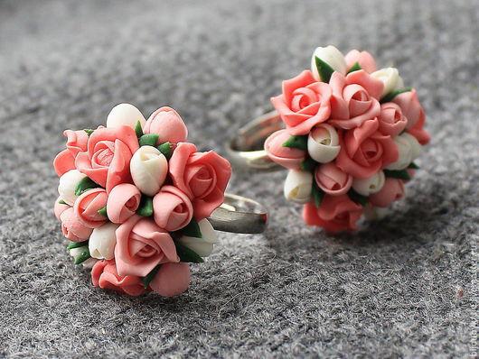 кольцо из полимерной глины  Нежное кольцо с  маленькими розами из полимерной глины.