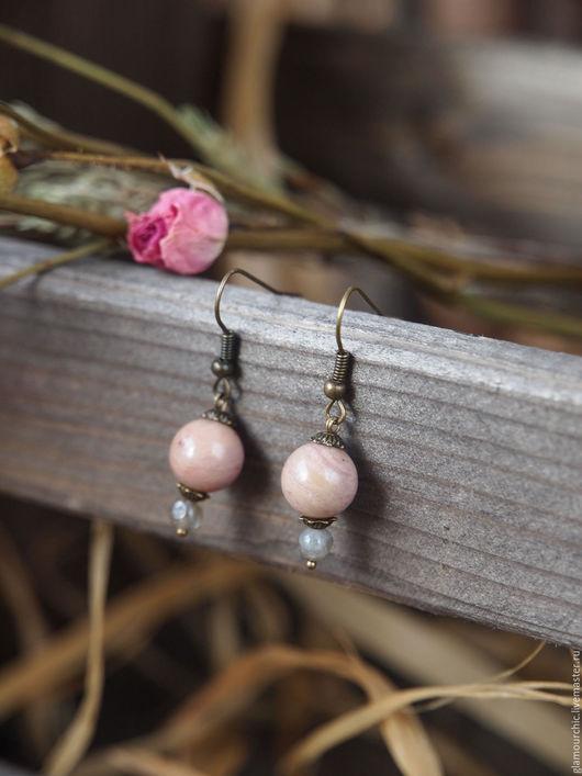 Серьги с подвесками из натуральных камней родонита и лабрадорита. Очень легкие. Фурнитура под бронзу.