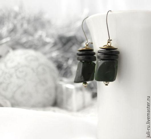 Серьги этно темно-зеленые с необработанным кварцем Ирма. Авторские украшения Уральские сказы.