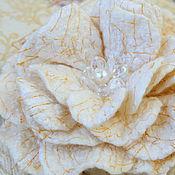 """Украшения ручной работы. Ярмарка Мастеров - ручная работа Валяная брошь """"Бело-золотая"""". Handmade."""