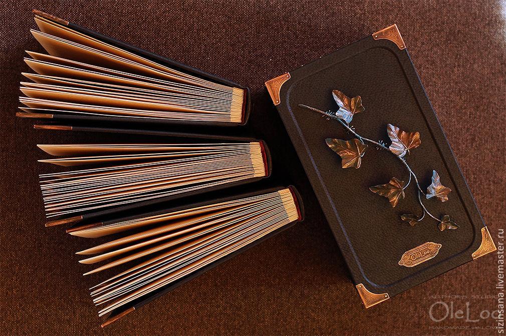 Фурнитура, короб, ветка плюща, сами альбомы и переплеты выполнены вручную