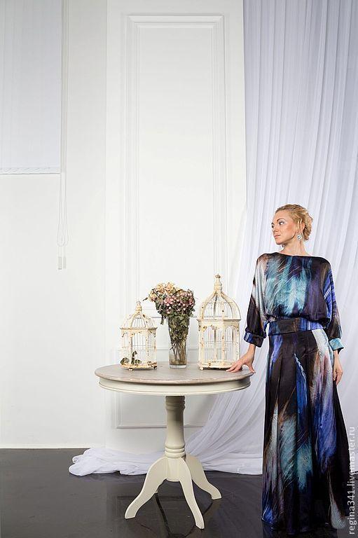 фото шёлкового женского костюма. Длинная юбка ( на подкладке), заложенная в мягкие складки - верное средство превратить гражданку в даму. Блузка с объёмным  верхом заканчивается баской, подчёркивающей