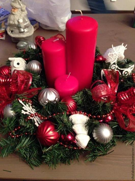 Венок красно-белый с 3-ми разновысотными свечами. Украсит гостиную, столовую, спальню.