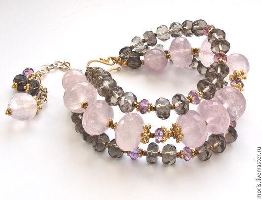 Серебряный браслет из розового и дымчатого кварца. Браслет из позолоченного серебра и крупных бусин розового кварца, бусин раухтопаза и маленьких граненых бусин розового топаза.